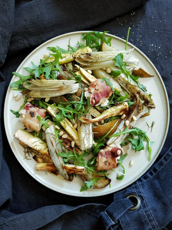 Lauwe salade geitenkaas met geroosterd witloof, peer, pastinaak en rucola