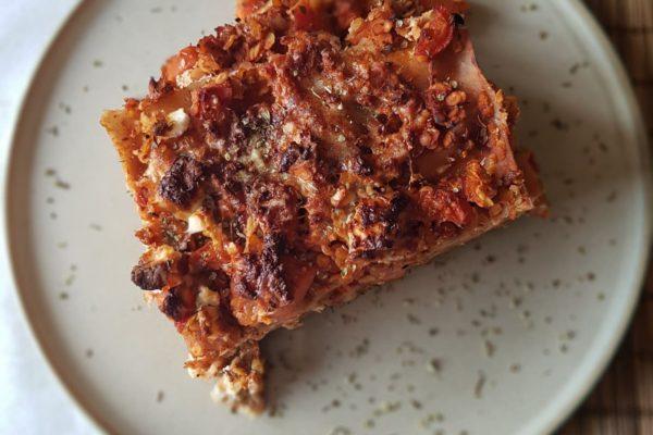 Volkorenspelt lasagne met linzensaus, wortel en ricotta