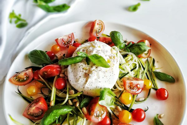 Snelle courgetti salade met burrata & tomaat