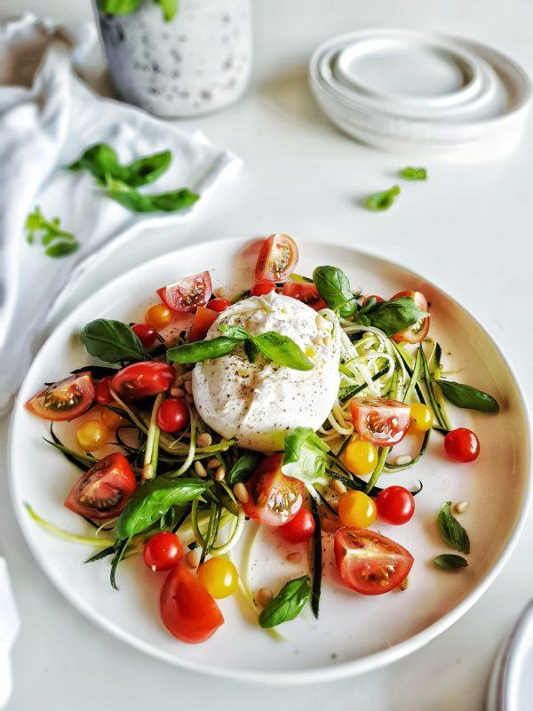 Snelle courgetti salade met burrata & tomaat