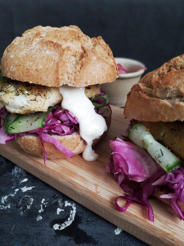 Fishburger met mierikswortelsaus & zoetzure salade