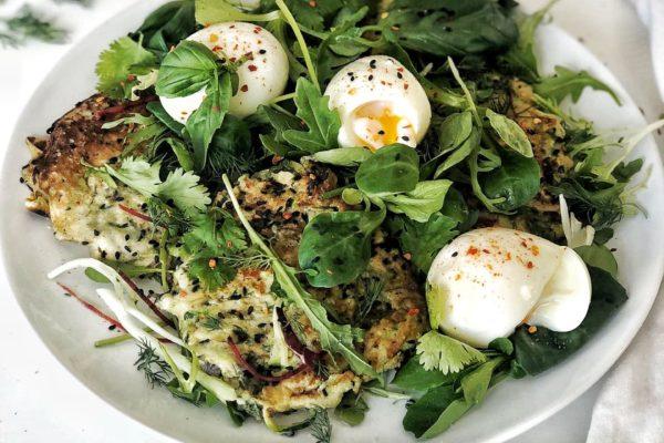 Courgettekoekjes met zachtgekookte eitjes