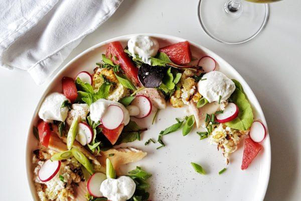Salade van gepekelde watermeloen met mousse- en crumble van geitenkaas en gerookte forel