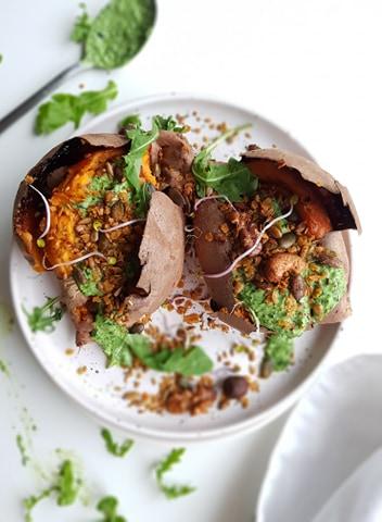 Gepofte zoete aardappel met curry-granola en ricotta-waterkerscrème