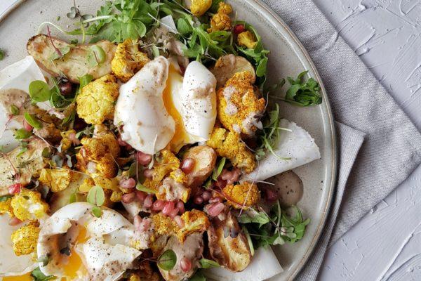 Salade van geroosterde bloemkool en krieltjes met knolselder, zachtgekookte eitjes en tahin dressing