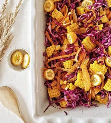 BBQ side dish van rode kool, wortel en maïs