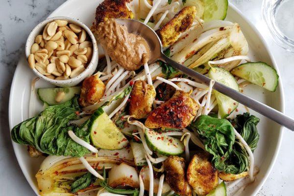 Salade van paksoi, sojascheuten, komkommer, kip en pindasaus