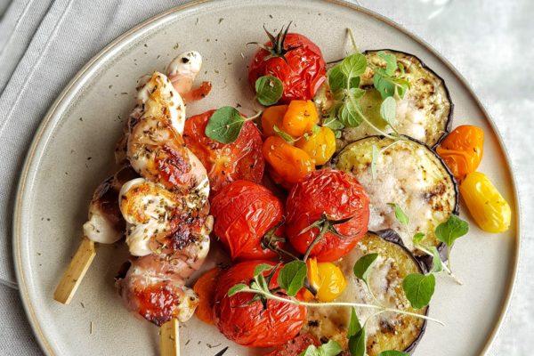 Italiaanse kippenspies met parmaham, parmezaan aubergines en gekonfijte tomaat
