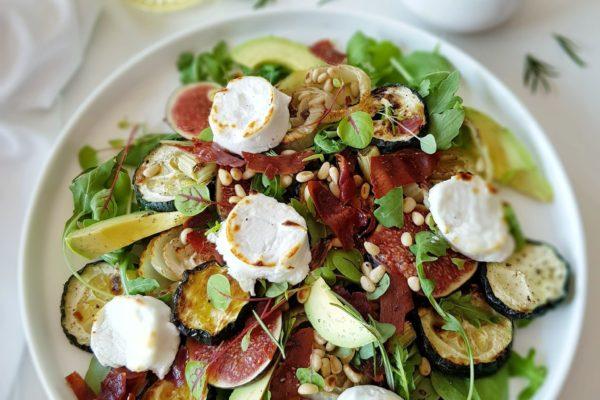 Salade van geitenkaas, vijgen, crumble van parma, geroosterde venkel, courgette en pijnboompitten