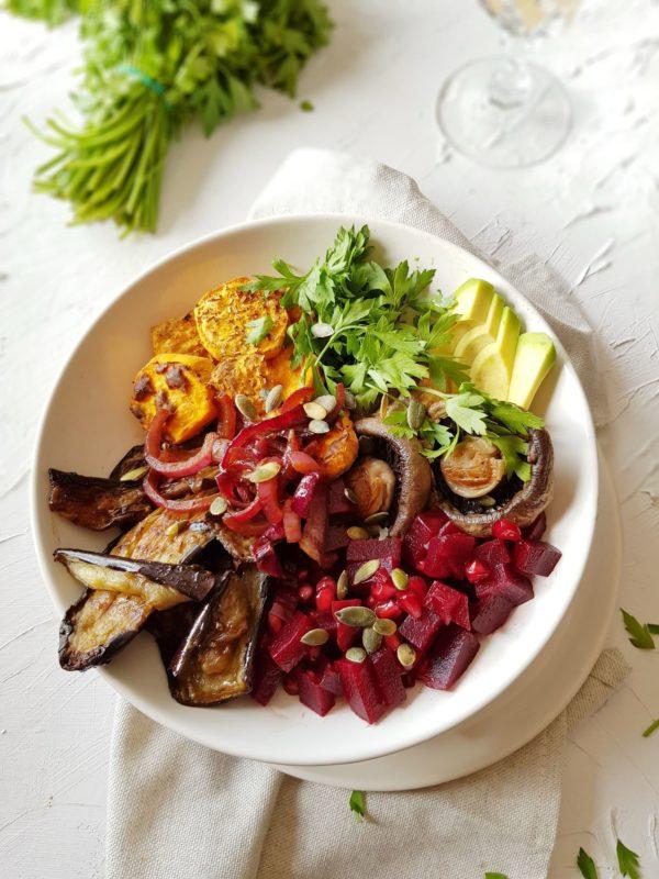Saladbowl van zoete aardappel, champignons, aubergine, avocado en rode biet