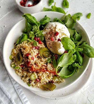 Bulgur met geroosterde groenten, burrata en salade van verse kruiden