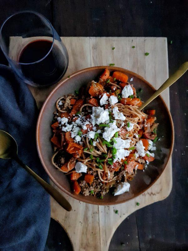 Spaghetti met komijngehakt, feta, wortel en kerstomaat