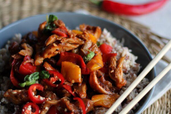 Spicy Thaise kip basilicum met zilvervliesrijst en paprika (Gai Pad krapow)