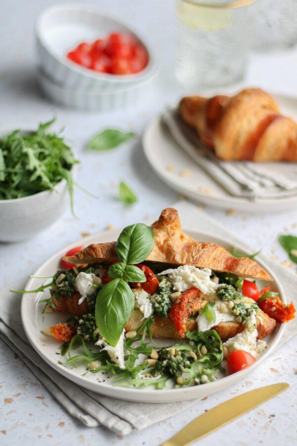 Croissant met burrata, pesto en tomaat