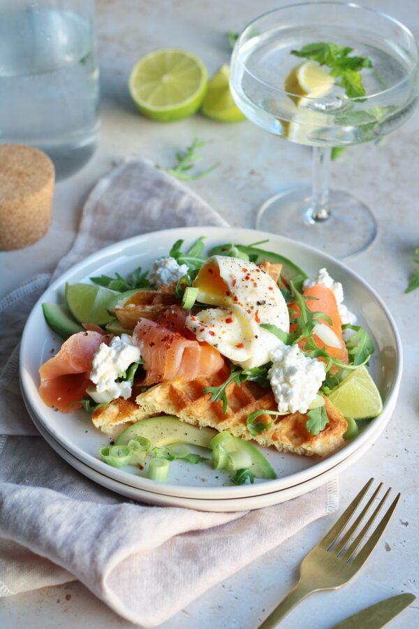 Brunchwafel met gerookte zalm, avocado en zachtgekookt eitje