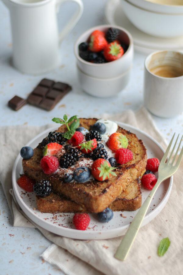 Wentelteefjes met rood fruit en yoghurt