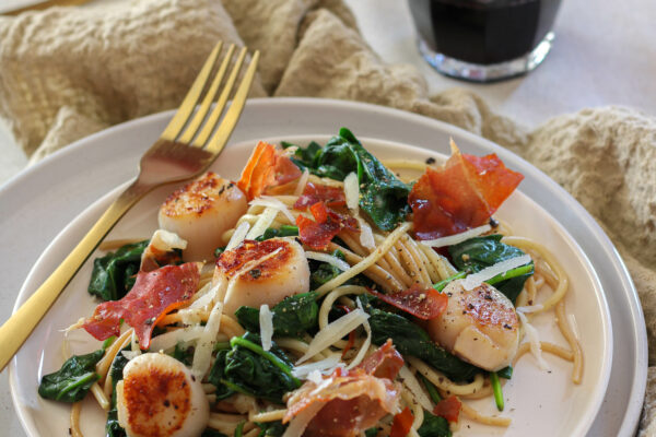 Pasta cacio e pepe met spinazie, Sint-Jacobs vruchten en krokante Parma