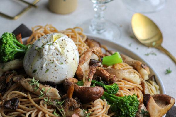 Spaghetti met broccolini, paddenstoelen, burrata en truffel