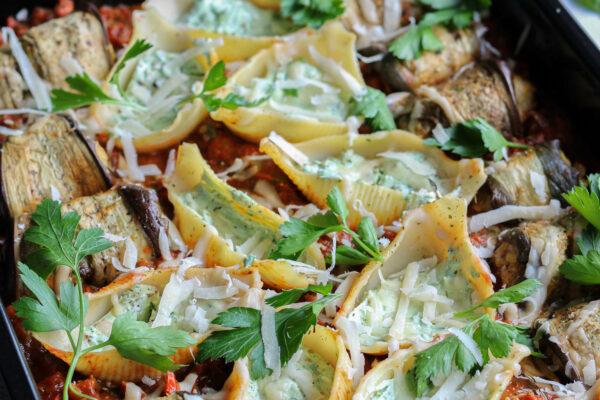 Ovenschotel van aubergines met gehakt en pastaschelpen met ricotta