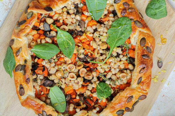 Winterse galette met geroosterde wortel, champignons, tijm, honing en hazelnoot