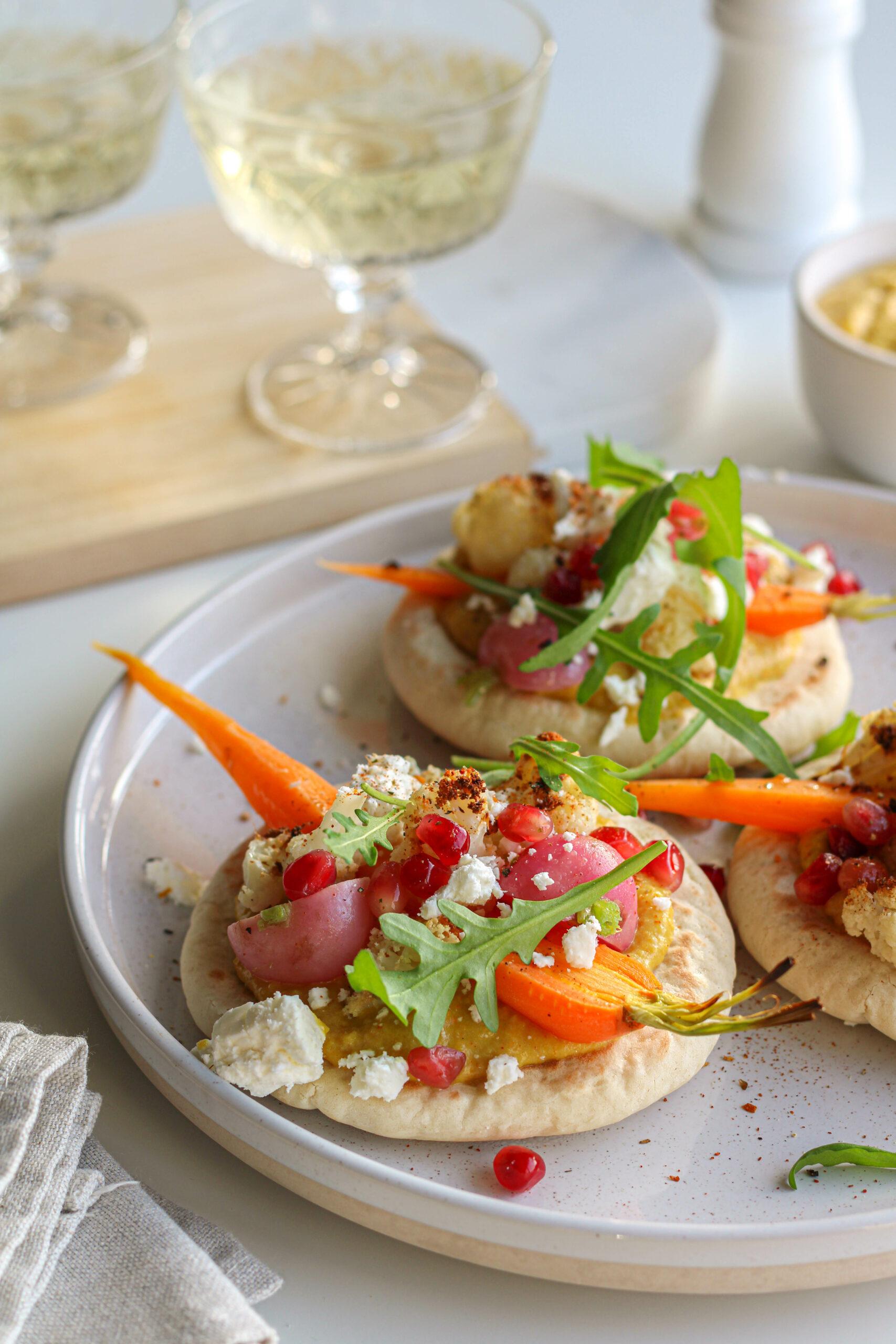 Pitatoast met hummus, geroosterde groenten en feta