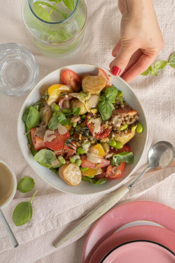 Linzensalade met krieltjes, tomaat, avocado, edamame en tahini-dressing