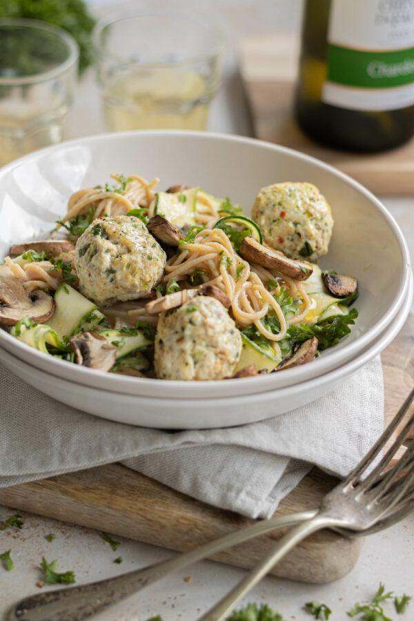 Béarnaise style pastasaus van witte bonen met kippengehaktballen