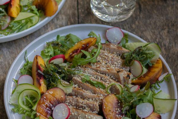 Gegrilde tonijnsteak en nectarine met sesamdressing