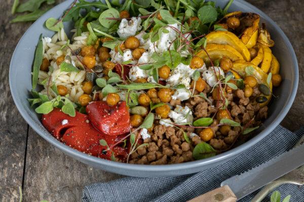 Herfstsalade met geroosterde groenten, orzo, quorngehakt en kikkererwten